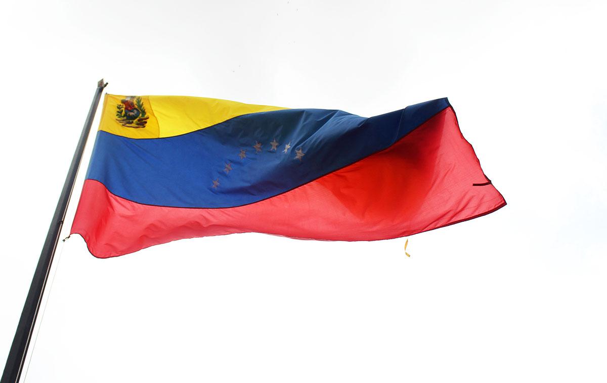 Una enorme bandera nos dio la bienvenida en el patio de la casa del general Ángel Vivas | Fotografía: CRISTINA EDUARDO