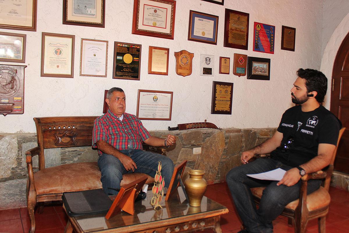 General Angel Vivas y Juan Perfetti de Comunicas
