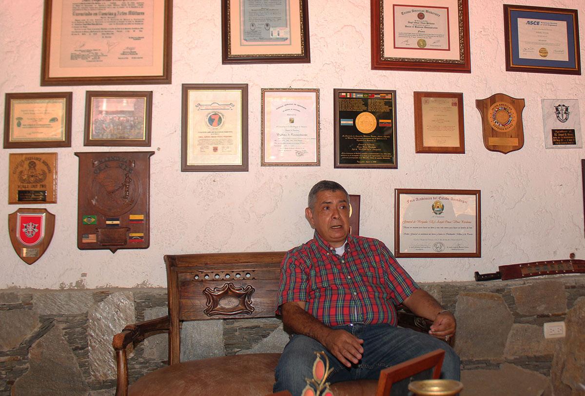 La entrevista se desarrolló en el patio trasero de la casa del general Ángel Vivas | Fotografía: CRISTINA EDUARDO